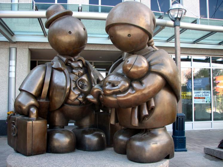 Toronto Photos :: Sculptures in the city :: Tom Otterness Immigrant family