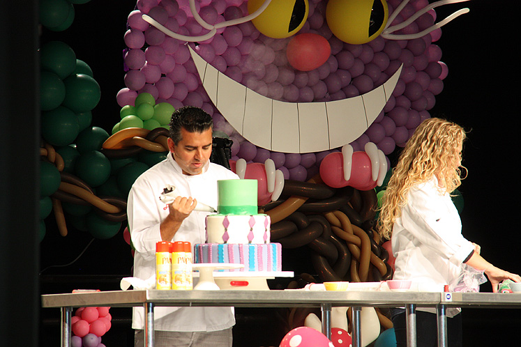 Toronto Photos :: Toronto  Misc :: The Cake Boss Buddy Valastrois making s cake at Toronto Congress Centre Baking Show 2013