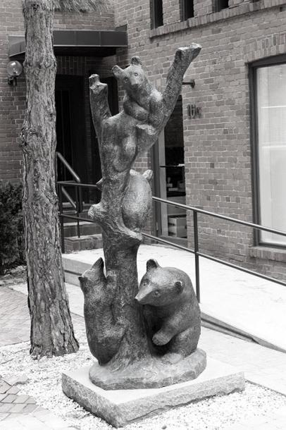Toronto Photos :: Sculptures in the city :: Toronto. Yorkville - three bears